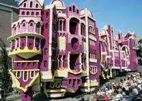 Зрелищный парад скульптур из цветов в голландском Зюндерте